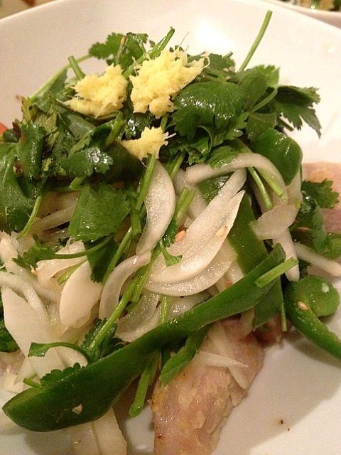 お肉は油ひかずに、蒸し焼き。 - 8件のもぐもぐ - 豚肉の塩麹漬けとピーマンと新玉ねぎのタイ風マリネサラダのせ。 by popo0119