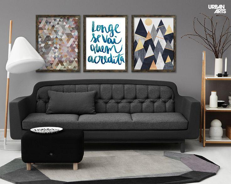 """Ideia de decoração para sala de estar contemporânea e elegante em tons de cinza com composição de quadros decorativos geométricos e caligráficos. Compre as artes """"Triangles Pastel"""", """"Acreditar - Blue"""" e """"Fancy Mountains"""" em nossa loja online ou em nossas Galerias físicas. #vamosespalhararte #decoração #arquitetura #inspiração #interiores #quadros #arte"""