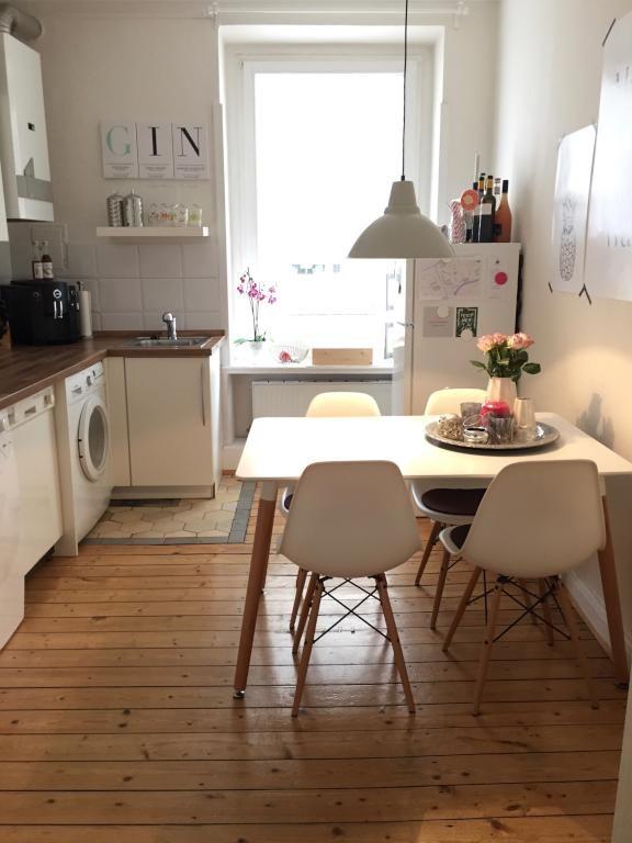 Schlichte Küche in weiß mit integriertem Essbereich in einer Hamburger Altbauwohnung #Hamburg #Esszimmer #Altbau