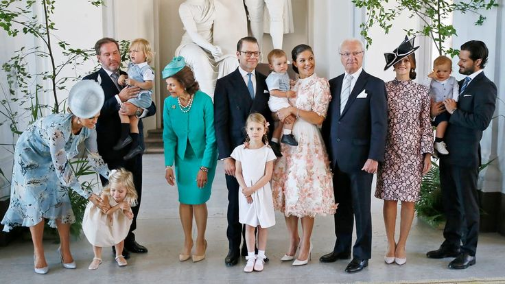 Kuningasperhe potretissa kruununprinsessa Victorian 40-vuotispäivänä Tukholman kuninkaanlinnassa. Kuvassa prinsessa Madeleine, Christopher O'Neill, prinsessa Leonore, prinssi Nicolas, kuningatar Silvia, kruununprinsessa Victoria, prinsessa Estelle, prinssi Oscar, kuningas Kaarle Kustaa, prinsessa Sofia, prinssi Carl Philip ja prinssi Alexander.