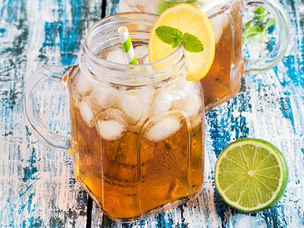 Schwarzer Tee, frisch gepresster Zitronensaft und Eiswürfel zum Kühlen - so einfach können Sie erfrischenden Eistee selber machen.