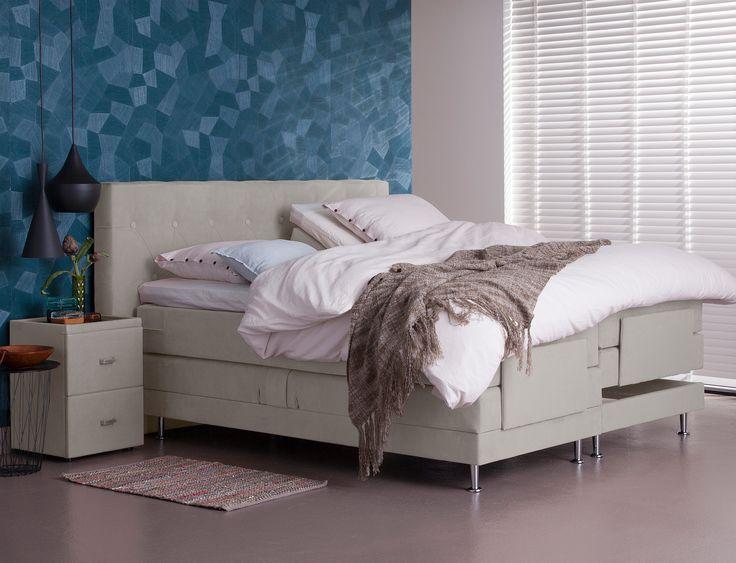Ga je voor een vlakke of elektrische boxspring? Dat ligt geheel aan je wensen. Lees je bijvoorbeeld graag een boekje, dan is het fijn om rechtop te kunnen zitten. Voor anderen is het weer fijn om met de benen hoger te liggen. Kom langs bij totaalBED en ontdek wat jouw voorkeur heeft.  • boxspring Upsalla • #totaalbed #slaaplekker #lekkerslapen #bed #slaapkamer #slapen #bedroom #luxe #boxspring #hotelbed #90dagenproefslapen