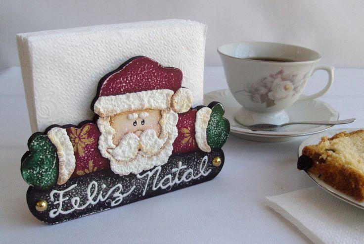 Lindo porta guardanapo em mdf em formato de papai Noel com plaquinha de feliz natal decorado na técnica country. Um charme na decoração de sua mesa de natal!  Faz um lindo kit com o porta panetone St. Claus! Confira!