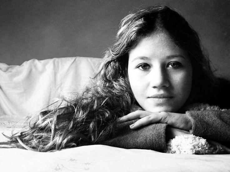 """InteligênciaEmocional:A capacidade de identificar, avaliar e controlar as próprias emoções, as emoções dos outros, e as dos grupos (como descrito por Daniel Goleman). Infância Emocionalmente Negligenciada:Falha dos pais para responder às necessidades emocionais da criança. A Jasmine tem 10 anos, e está sozinha deitada na sua cama a fantasiar""""Até podia acontecer…"""" Sussurra.Imagina alguém a tocar…"""