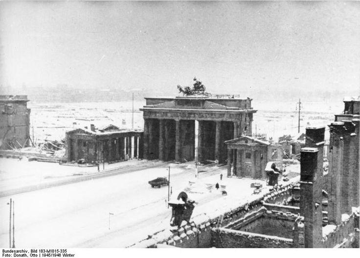 BERLIN am 22.12.1945, Brandenburger Tor nach Kriegsende. Der Tiergarten ist quasi als Park nicht mehr vorhanden. Er wurde in den bitterkalten Wintern von der Bevölkerung abgeholzt, um sie vor dem Erfrieren zu retten