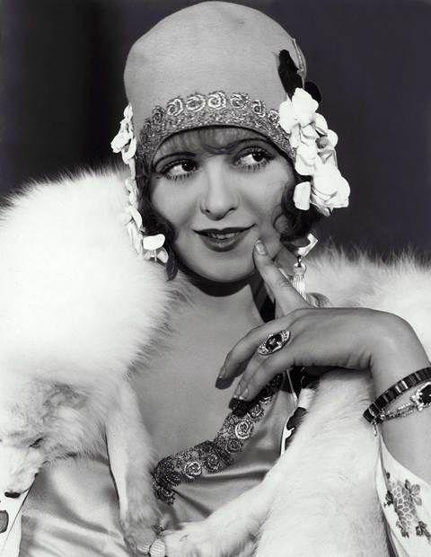 Melindrosa: Nos anos 20, significava  qualquer mulher jovem de  cabelos curtos que usava  chapéu cloche e, mais tarde, boina, saia curta e blusa, meias finas enroladas nos joelhos e  sapatos de salto, geralmente com pulseira em T.