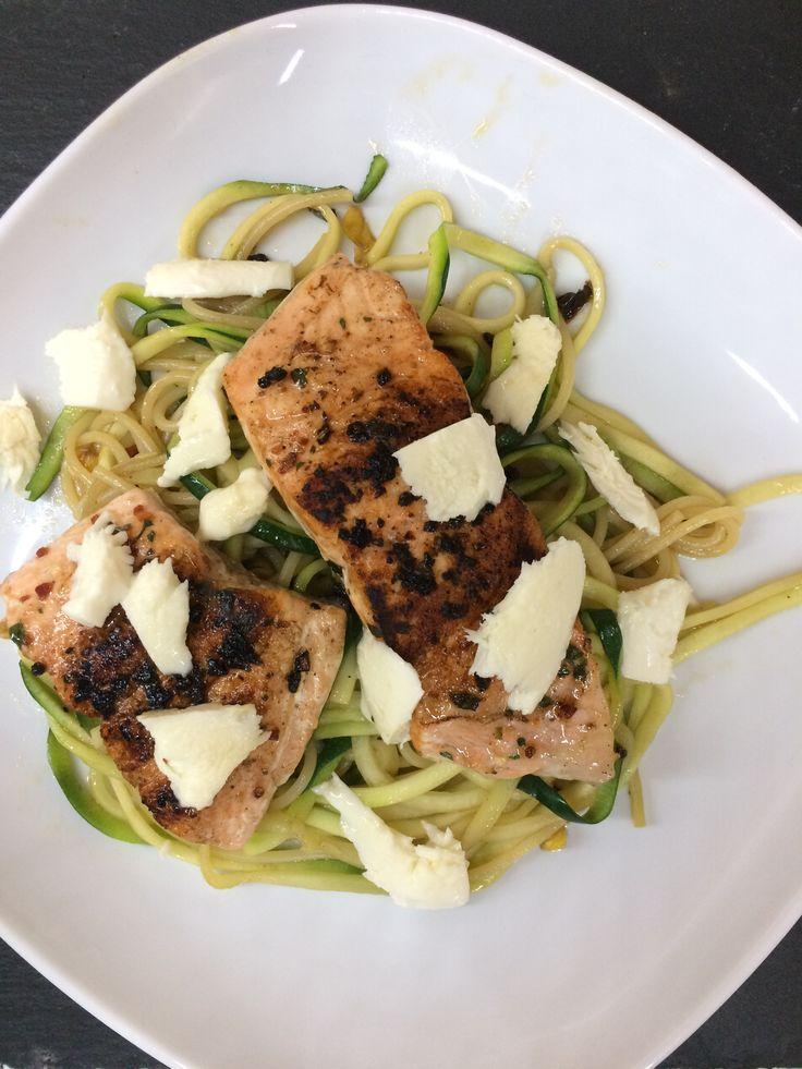 Cuketové špagety s lososem | Na pánvi uděláme na sucho nebo s oliv olejem lososa (sůl, pepř), začneme kůží dolů, ke konci přidáme máslo, zakápnout citronem | spiralizér - cuketa - špagety | uvaříme špagety - spíše tvrdší, můžeme přidat kukuřici, rajčátka, sýr | na konci ve štávě po lososu doděláme špagety + cuketa