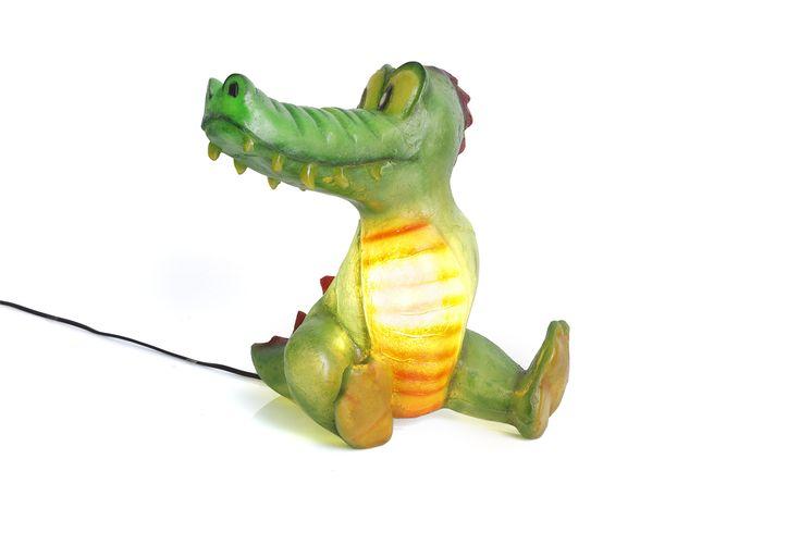 Χειροποίητο φωτιστικό από fiberglass. Μπορεί να χρησιμοποιηθεί ως φως νυκτός (night light) στο παιδικό δωμάτιο, τοποθετημένο σε ράφι ή στο πάτωμα. Από ελαφρύ κι ανθεκτικό υλικό, απόλυτα ασφαλές για τοποθέτηση στο πάτωμα.  Μπορείτε να βάλετε όσα Watt επιθυμείτε, ώστε να φωτίσει όσο θέλετε.  Ντουί: Ε14, βιδωτό  Διαστάσεις:  38 x 35 x 37cm