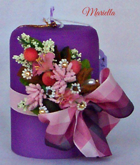 decorazione composta da : cannella, eucalipto, faggiola, anica stellato, chiodi di garofano decorati con peline bianche, perle dorate, perle a goccia. fiorellini, bacche e pistilli rosa, rametti di nebbiolina, nastri di raso