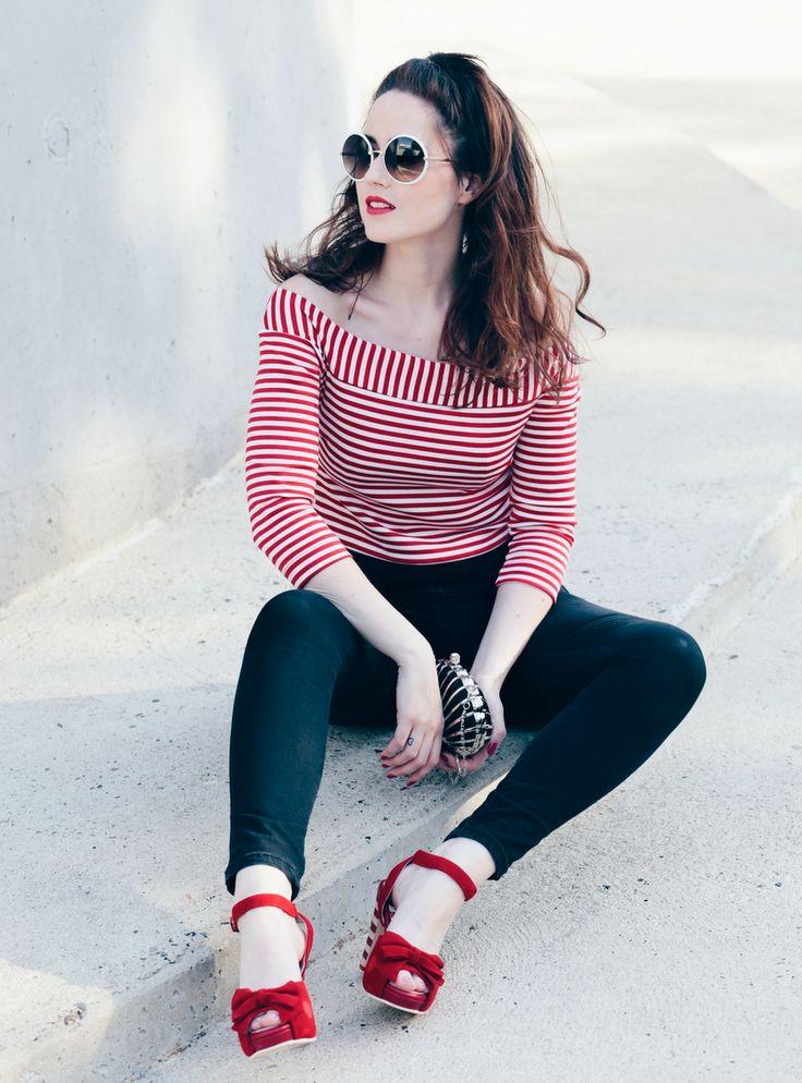 rot weiß gestreiftes Top, schulterfreies Streifentop, Muschel-Tasche, rote Sandalen, retro Sandalen, Mode Blog, Fashion Blog, Like A Riot, Summer Style, Summer Look