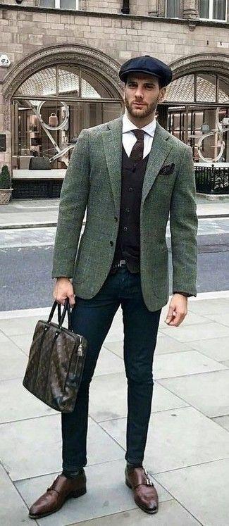 Emparejar un blazer de lana a cuadros verde oscuro con un pantalón chino  negro es una opción grandiosa para un día en la oficina. ¿Te sientes  valiente  88d82b2a227