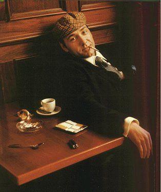 Kevin Spacey est un acteur, réalisateur et producteur de cinéma américain né le 26 juillet 1959 à South Orange (New Jersey).  Il est connu pour ses personnages complexes comme dans les films Usual Suspects, Seven, L.A. Confidential et American Beauty ou bien dans la série House of Cards. Il a remporté des prix prestigieux comme l'Oscar du meilleur acteur dans un second rôle en 1996 et l'Oscar du meilleur acteur en 2000
