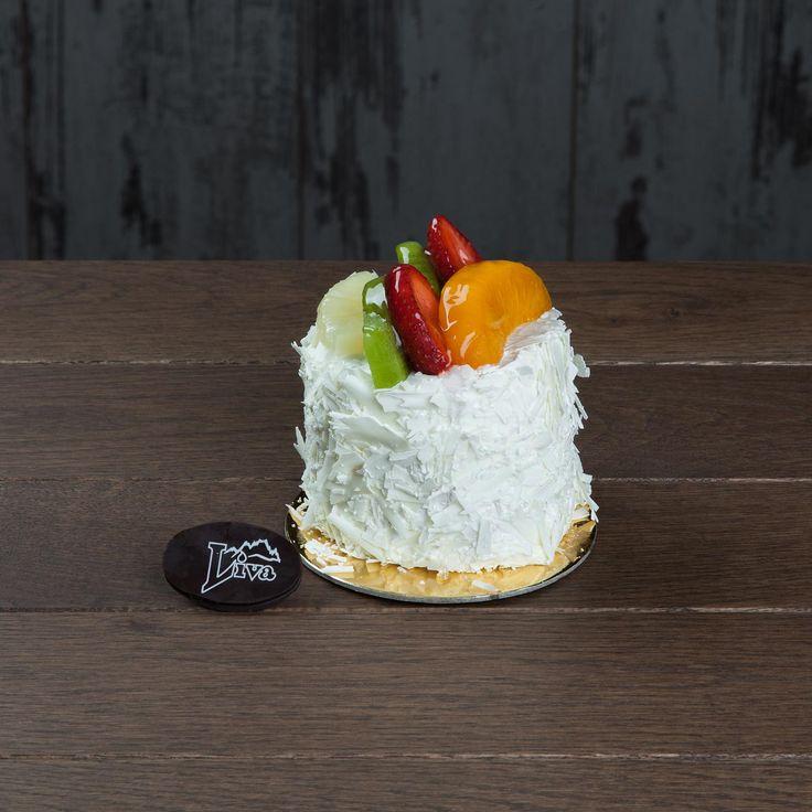Meyveli Pasta. Taptaze meyvelerle süslenmiş mini meyveli pasta ağzınızı tatlandıracak.