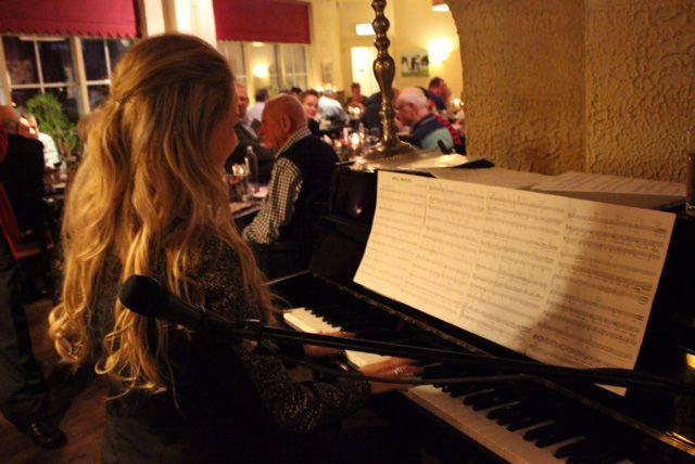 Muzikale gastvrouw tijdens de Wild avond bij Restaurant De Bonte Koe in Garderen http://www.lachendelama.nl/nieuws/wild-avond-garderen/