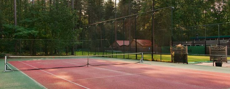 Oefen uw backhand op de tennisbaan van het Hilton Royal Parc Soestduinen hotel.