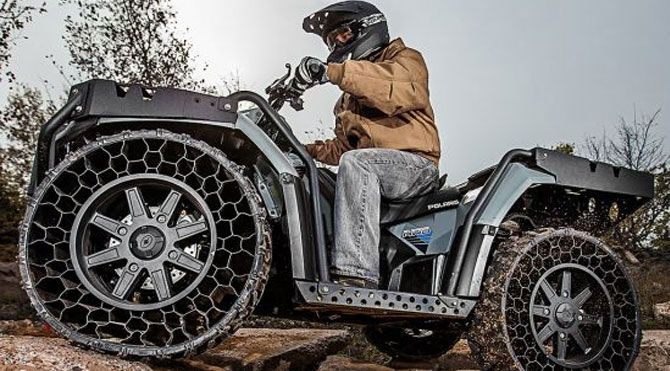 """Michelin'in havasız lastiği yıllar önce ilk tanıtıldığında büyük bir heyecan yaratmıştı. İngilizce Tyre (lastik) ve wheel (tekerlek) kelimelerinin birleşiminden oluşan Tweel"""" isimli bu lastik, havaya ihtiyaç duymuyor ve patlamıyor."""