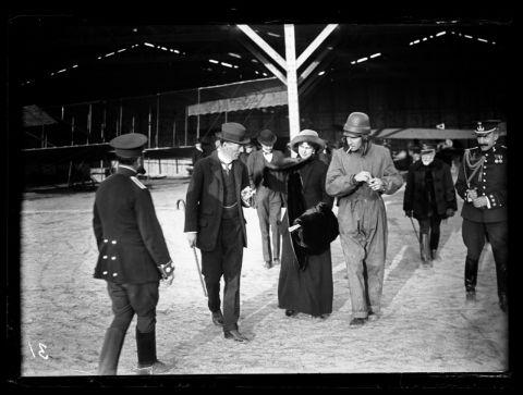 El Infante Alfonso de Orleáns con su esposa la Princesa Beatrice de Sajonia-Coburgo en el Aeródromo de Cuatro Vientos, 5 de marzo de 1913.The Infante Alfonso de Orleáns with his wife the Princess Beatrice of Saxony-Coburgo in the Airport of Cuatro Vientos, March 5, 1913.