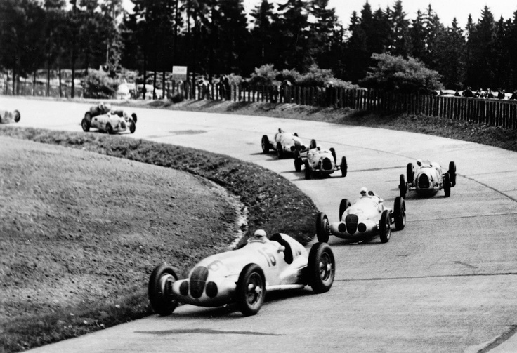 German Grand Prix on the Nürburgring, July 25, 1937: Shortly after the start, in the southern hairpin bend, the Mercedes-Benz W 125 formula racing cars of Hermann Lang (start number 16) and Rudolf Caracciola (start number 12), who was to win the race, were leading the field. Behind them Auto Union drivers Bernd Rosemeyer and Hans Peter Müller, followed by Manfred von Brauchitsch (runner-up), also driving a Mercedes-Benz W 125.