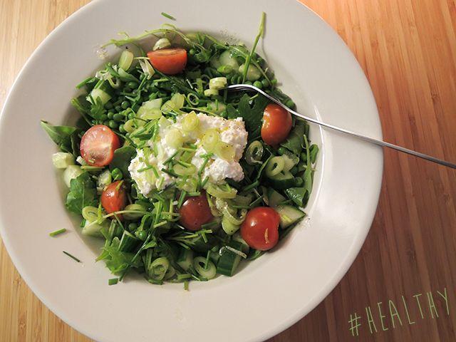 Recept: Salade met groene groenten en hüttenkäse