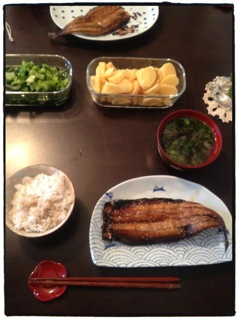お昼ごはん:サンマみりん干し、麦入りご飯、野沢菜、壺漬け、青海苔のお味噌汁。