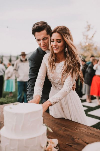 These cake cutting songs will get you and your guests in the mood for layers of fondant and lots of love.