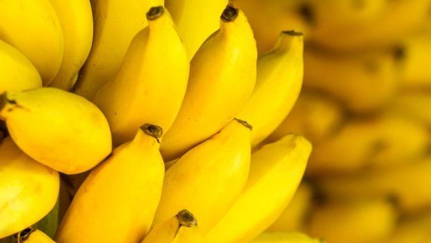 Bananen sind sehr lecker und sollten einen festen Platz in unserem Speiseplan haben. Und das nicht nur wegen ihres Geschmackes: Es ist erwiesen, dass Bananenwichtige Nährstoffe enthalten, die unsere Gesundheit fördern. Diese tropische Frucht versorgt den Organismus mit Energie, Mineralstoffen und Vitaminen und ist deshalb in allen Diäten – auch bei Abnehmdiäten – empfehlenswert.Die