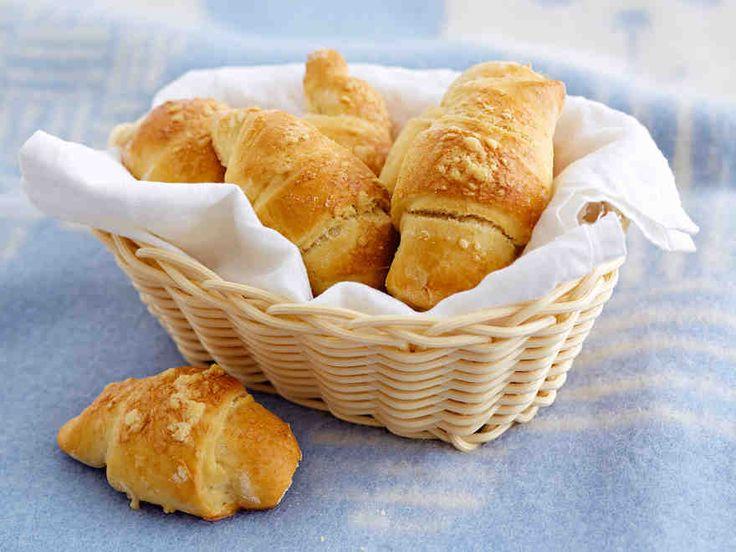 Miten croissantteja tehdään? Katso tästä helpot ohjeet. Croissantit voi täyttää juustoraasteella, ja ylimääräiset croissantit kannattaa pakastaa seuraavaa herkkuhetkeä varten.