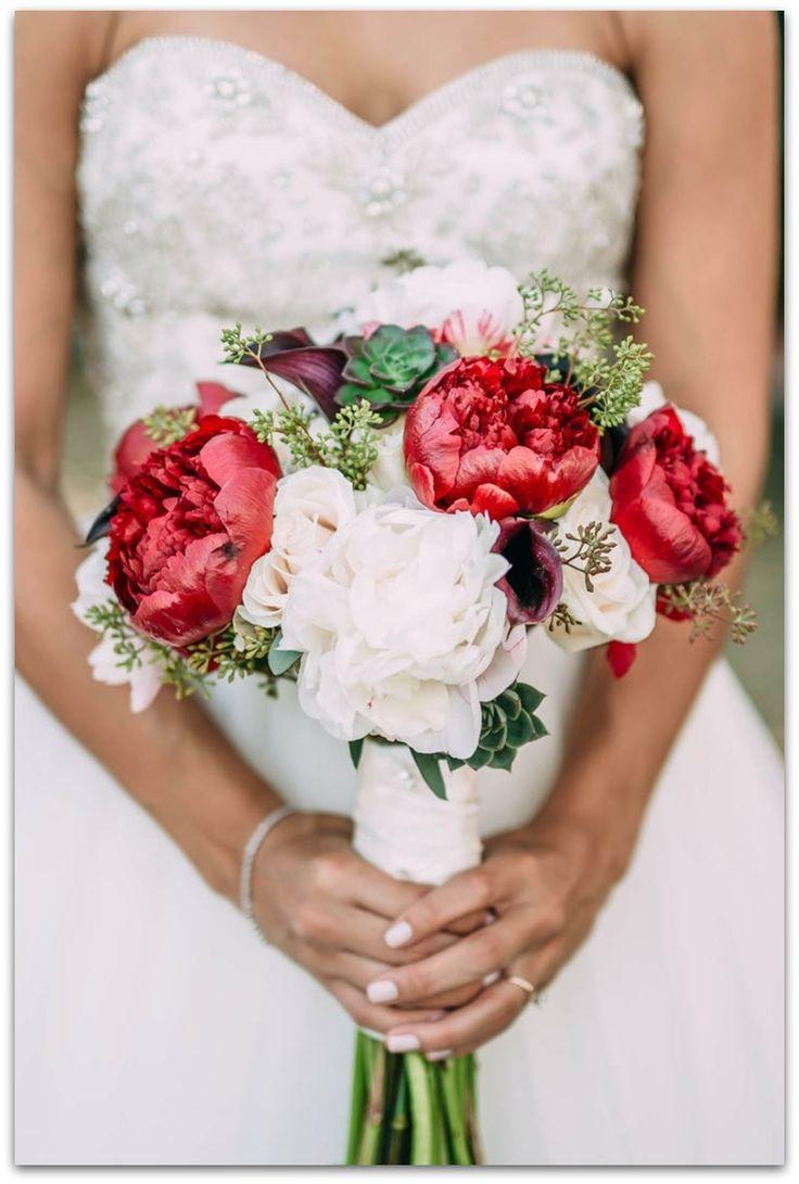 Hermoso será tu ramo de novia si combinas peonías rojas con blancas. ¡Viva el Rojo! Encuentra más ideas originales aquí.