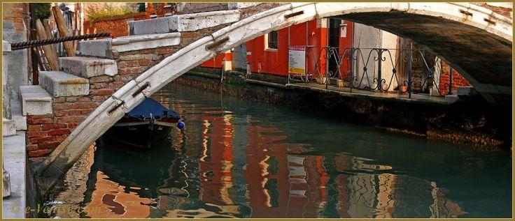 Reflets sous le pont Chiodo, dernier exemple d'un pont sans parapets à Venise, un pont privé qui date du XVIIe siècle, sur le rio de San Felice, dans le Sestier du Cannaregio à Venise.