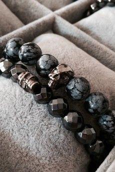 Dizarro to męska biżuteria najwyższej jakości produkowana z kamieni półszlachetnych, srebra, złota oraz kryształów Swarovski™.  2 bransoletki wykonane z grafitowych hematytów i szarych jaspisów oraz czaszek z rutenowanego srebra próby 925.Szczegóły:- czaszki z rutenowanego srebra 925- bransoletki wkładane na elastycznej gumce- średnica kulek: 8 mm- bransoletki zapakowana w eleganckie, czarne pudełko