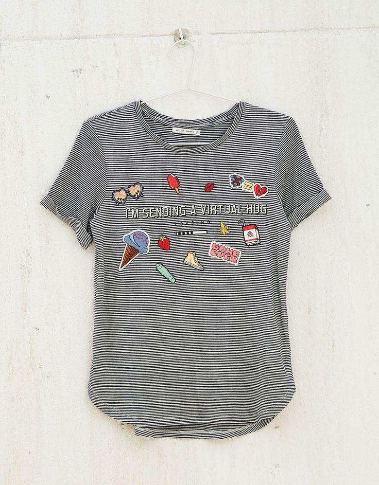 Camiseta BSK rayas texto, parches y pins. Descubre ésta y muchas otras prendas…