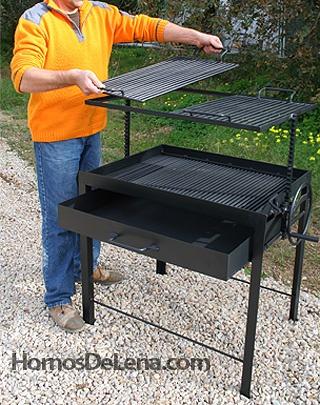 Endlich gefunden. Das ist der Grill (ein Barbacoa Argentina), der neben den Steinbackofen eingebaut wird. Ich kann es kaum abwarten.