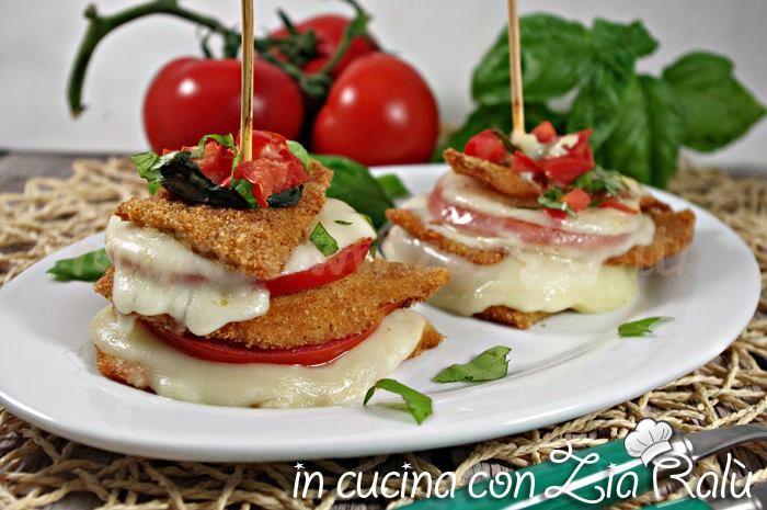 Le torrette di pollo scamorza e pomodoro sono un secondo piatto di carne sfizioso e stuzzicante. sul blog la ricetta con foto passo passo