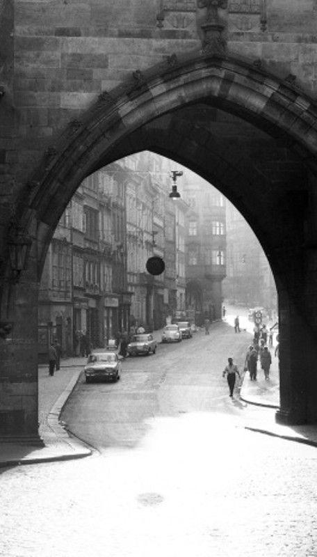 Brána Karlova mostu (2330), Praha, srpen 1963 • |black and white photograph, Prague|