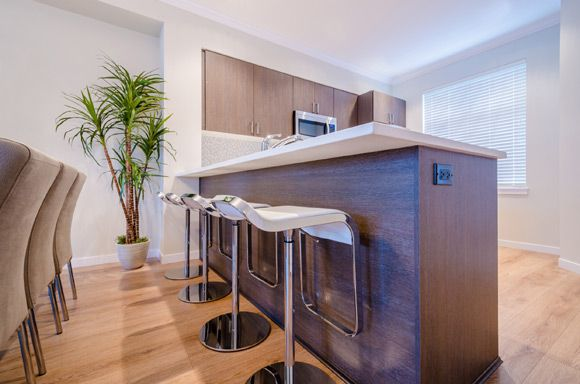 <p>Arquiteto dá dicas de que como combinar cadeiras altas com móveis e eletrodomésticos</p>