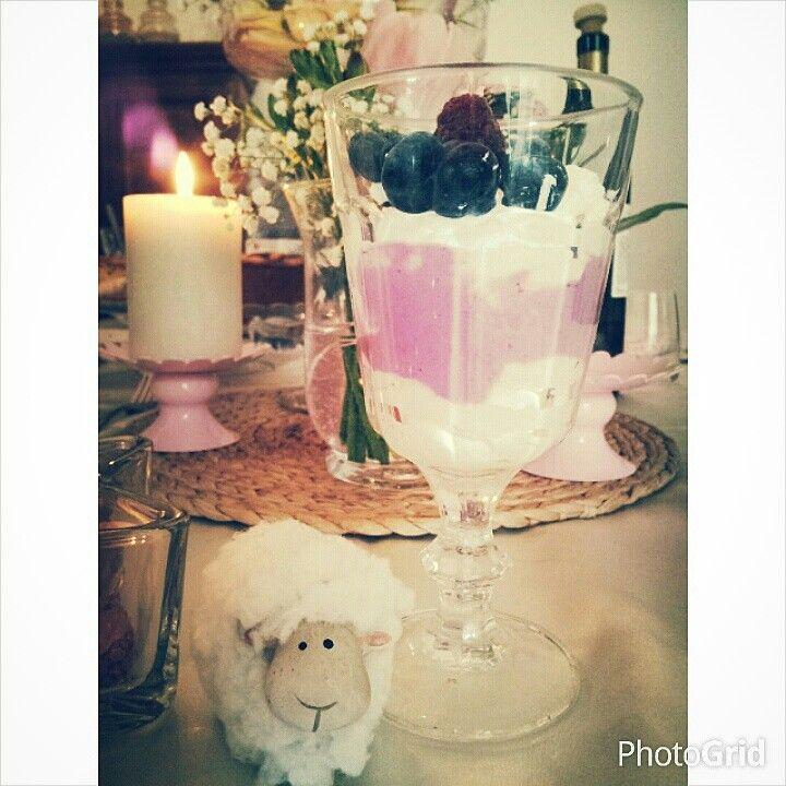 Mousse di mascarpone con yogurt bio e mirtilli.