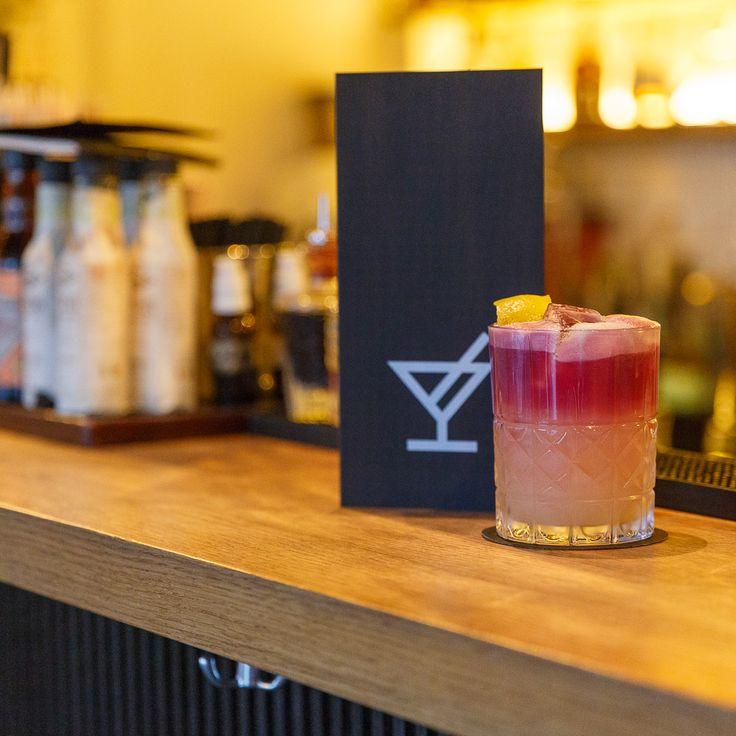 The New York Sour – Der Klassiker war bereits in den 1880er-Jahren ein beliebter Drink in den Bars dieser Welt. Zuerst trinkt man sich durch die herben Noten des Rotweins und stösst dann auf den erfrischenden Whiskey Sour. Dieser Drink und 30 neue Hauskreationen warten in der kleinen und stilvollen Bar auf Geniesser hausgemachter Cocktails.