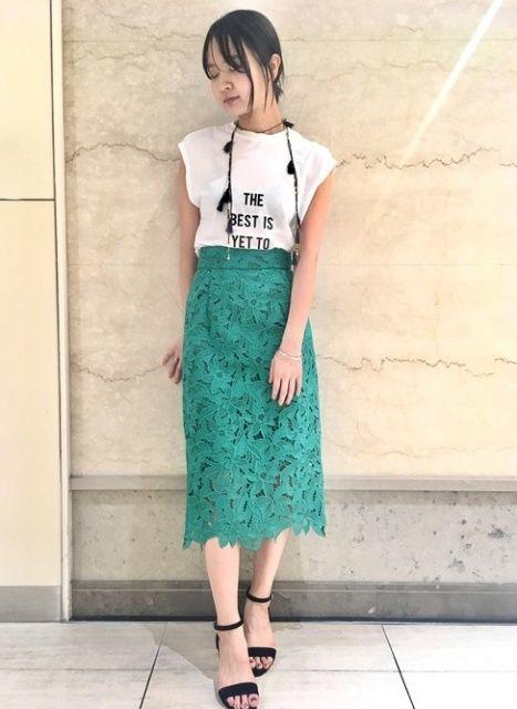 カラースカートにロゴTシャツのトレンドコーデ  グリーンのトレンドカラースカートにロゴTeeとフリンジネックレスで遊び心をプラスしました。