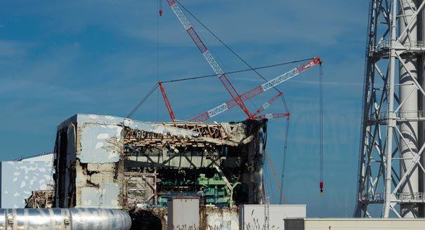 Gru al lavoro tra i reattori nucleari esplosi.