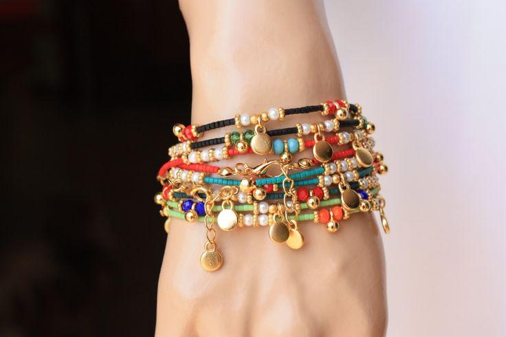 Het is een armband van etnische stijl die is gedecoreerd rood, zwart, geel Afghaanse van groen, donker aqua groene parels, kristallen van 4mm, 3mm glas parel, goud gevulde charme en ruimte. Eindigde ook gouden gevulde klappen en ketting. Het is een geweldig cadeau en ook charmante dagelijks dragen. Maatregel: 6.5-7 inch + 1/2 extender keten 6xRed = 6 6xBlack = 6 6xAqua groen = 6 6xYellow groen = 6 Totaal: 24 stuks Deze armbanden zijn klaar om te verzenden vandaag...