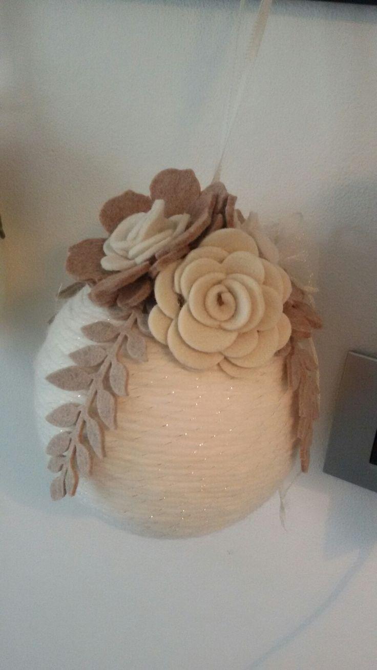 palla gigante con lana e fiori di feltro
