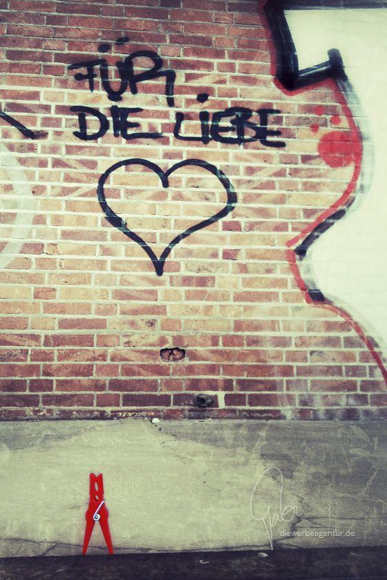 0020 Für die Liebe --- For the love #graffiti #klammerpic #rot #clothespin #red #ontour
