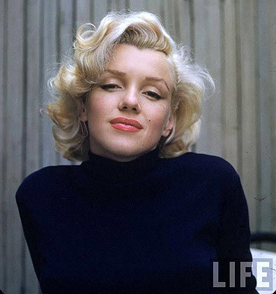 Marilyn monroe hair. Love the soft curls and natural makeup