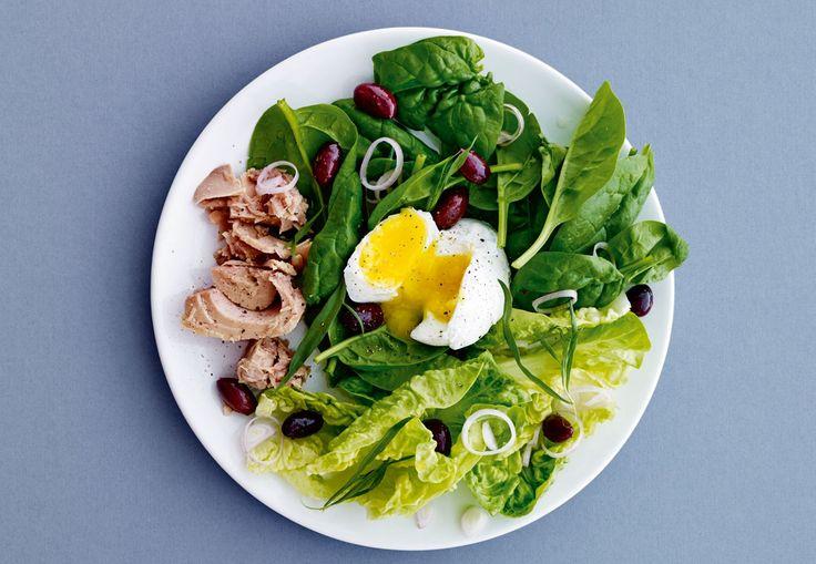 Spis dig til en flad mave med I FORM-kuren. Du kan f.eks. spise denne salat med pocheret æg og tun til frokost.