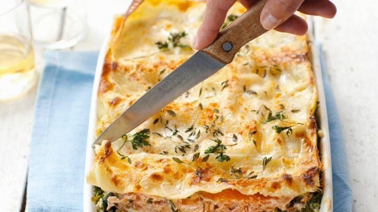 Da könnten wir uns hinein legen: Lachs-Lasagne mit Spinat | http://eatsmarter.de/rezepte/lachs-lasagne-mit-spinat