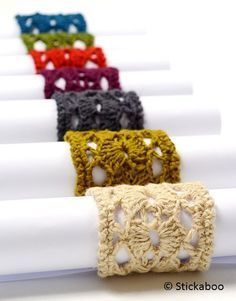 Snabbvirkade servettringar virkade i samma teknik som hampaunderläggen (se mönstret här). Material: hampagarnet Number One Hemp (tillgängligt i 9 olika färger) (finns att köpa på www.stickabooden.s…