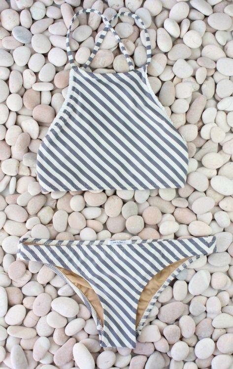yo quiero este traje de bano muchos. yo prefieres gris y blanca a otras colores. yo pienso llevar este traje de bano a la piscina. el traje de bano esta much bonito.