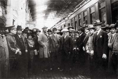 José Vasconcelos con Roberto Montenegro, Carlos Pellicer, Bernardo Gastélum y Roberto Medellín, entre otros, estación Buenavista, 1923