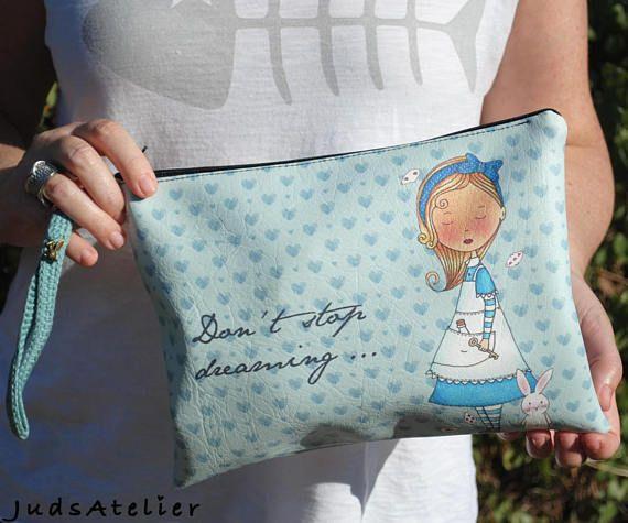 """Alicia es un personaje emblemático de mi colección """"Once Upon a time"""", su dulzura y su aire soñador la hacen ser especial. Con esta ilustración encontraras varios artículos de papelería y complementos, como muñecas, tazas, libretas, chapas, tote bags, bolsos de mano, estuche y portamonedas. Aquí tienes algunos enlaces por si quieres ver toda la colección de Alice. Libreta: http://etsy.me/2wH6DzB Taza: http://etsy.me/2vpVwv4 Este bolso tambien tiene la versión en ..."""