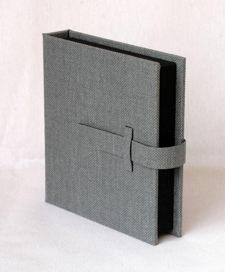 Estuche para 1 DVD mas 1 Pendrive USB realizado en acabado gris texturado e interior en téxtil.